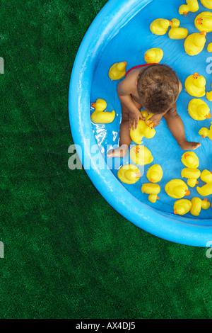 Bébé dans la piscine Banque D'Images