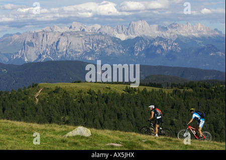 Motards de montagne femelles et mâles à Hohen Reisch, Dolomites en arrière-plan, Italie du Nord, Europe Banque D'Images