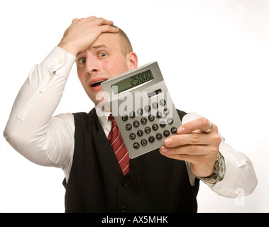 Jeune homme tenant une calculatrice Banque D'Images