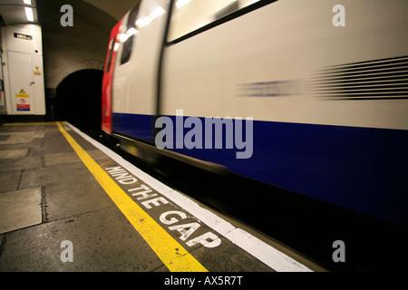 Mind the Gap - Rappel de sécurité au sud de la station de métro de Wimbledon, Londres, Angleterre, Royaume-Uni, Banque D'Images