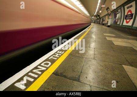 Mind the Gap - Rappel de sécurité et de train venant du Sud par l'intermédiaire de la station de métro de Wimbledon, Banque D'Images