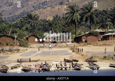 Tanzanie, Afrique. Sur la rive du lac Tanganyika avec dagaa poisson séchant au soleil et les bateaux de pêche sur Banque D'Images