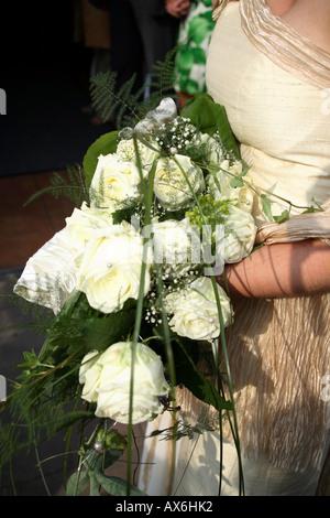 Close up de fleurs pour la mariée avec des roses jaunes et blanches attente par l'Allemagne, de l'Europe. Banque D'Images