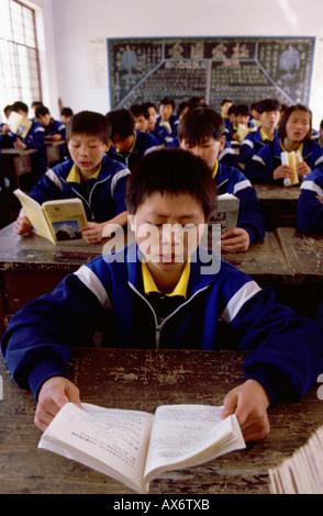 Les enfants chinois étudier en classe à Shaolin au Ta Gou academy dans la province de Henan Banque D'Images