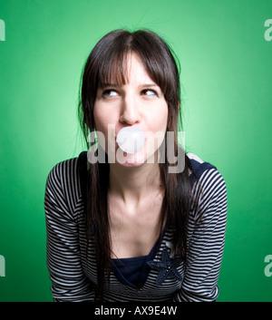 Une fille essayant de souffler une bulle Banque D'Images