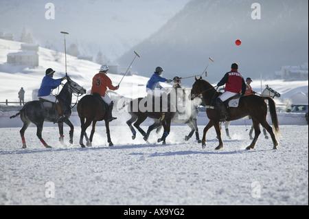 Jouer au polo dans la neige, tournoi international à Livigno, Italie Banque D'Images