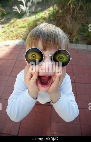 Stock photo d'un enfant portant des lunettes holographiques avec les yeux. L'humour drôle, ridicule et concepts surprise Banque D'Images