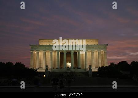 Coucher du soleil sur le miroir d'eau et du Lincoln Memorial, Washington DC, États-Unis d'Amérique.
