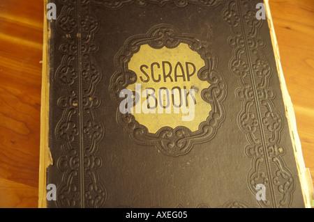 Old Fashioned Scrap Book Lying fermé le tableau en bois Banque D'Images