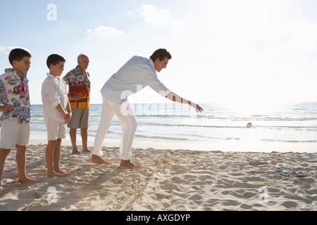 Jeu de la famille de la pétanque sur la plage Banque D'Images