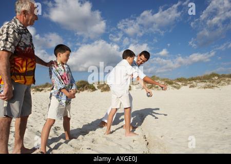 Jeu de la famille de la pétanque sur la plage