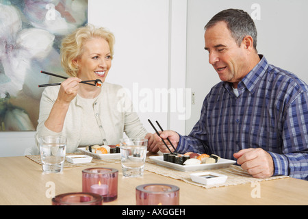 Couple Eating Sushi Banque D'Images