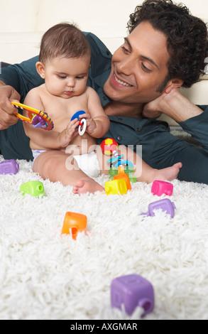 Père jouant avec bébé Banque D'Images