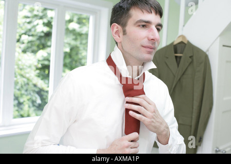 Symboles de l'application, un jeune homme se prépare pour une entrevue d'emploi Banque D'Images