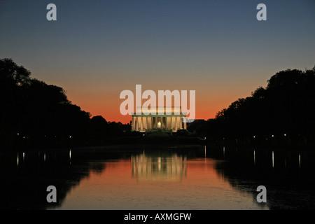 Coucher du soleil sur le miroir d'eau et du Lincoln Memorial, Washington DC, États-Unis d'Amérique