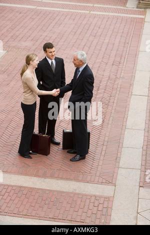 Trois hommes d'affaires à l'extérieur de la réunion Banque D'Images