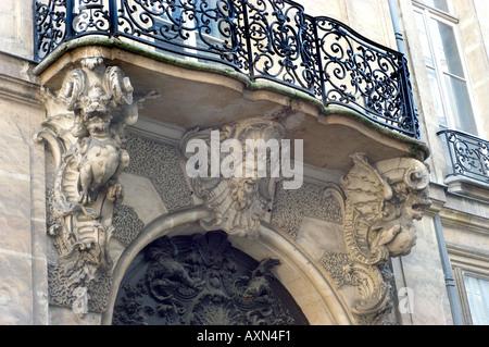 """Paris France, détail architectural, sur """"l'Ile Saint Louis"""", les Dragons en tenant le balcon architecture historique, Banque D'Images"""