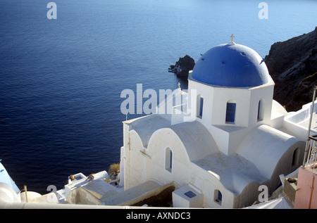 Donnant sur la caldeira à l'églises au dôme à l'oai Santorini Cyclades Grèce Banque D'Images