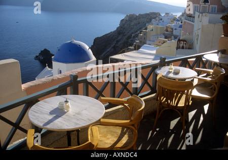 Vue d'un restaurant sur le toit et d'églises aux dômes de la caldeira de Santorin l'oai Cyclades Grèce Banque D'Images