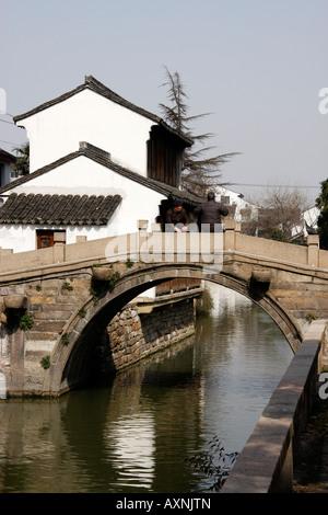 Pont de pierre sur le canal historique à Suzhou, Chine Banque D'Images