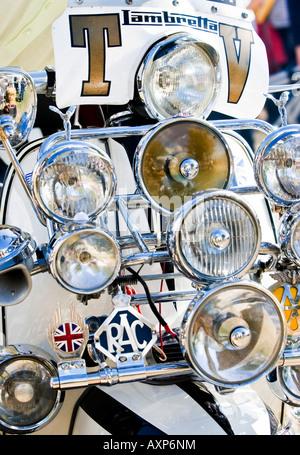 Des tonnes de projecteurs sur un 1960 retro vintage mod Lambretta scooter moteur de moto Banque D'Images