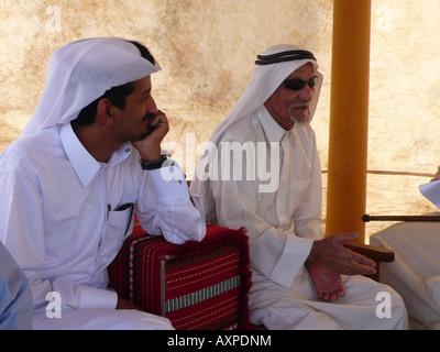 Les hommes en costume traditionnel du Qatar à Doha marina Banque D'Images