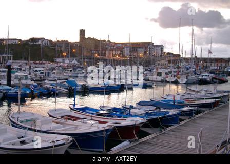 Port de pêche basque,Guetaria, en début de soirée, petits bateaux de pêche amarrés au ponton Banque D'Images