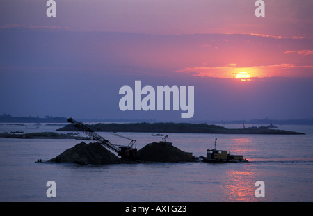Phnom Penh un navire transportant du sable où le Mékong et de la rivière Tonle Sap Banque D'Images