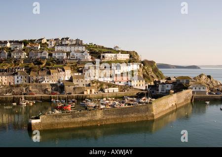 Maisons sur pointe entourant l'ancien port de pêche, Mevagissey, Cornwall, Angleterre, Royaume-Uni, Europe Banque D'Images