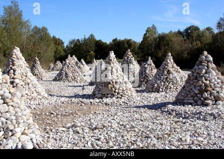 Pyramides de pierre le long de la rivière Isar entre Bad Toelz et Lenggries Allemagne Bavière Banque D'Images