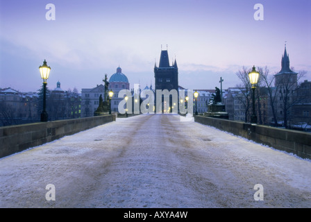 Le pont Charles en hiver la neige, Prague, Site du patrimoine mondial de l'UNESCO, la République tchèque, l'Europe Banque D'Images