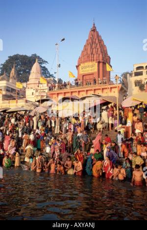 Les hindous de se baigner dans la matinée dans le fleuve saint Ganges le long de Dasaswamedh Ghat, Varanasi, Uttar Banque D'Images