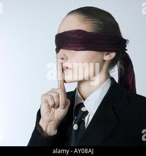 Portrait Portrait d'une belle jeune femme les yeux bandés dans un costume costume