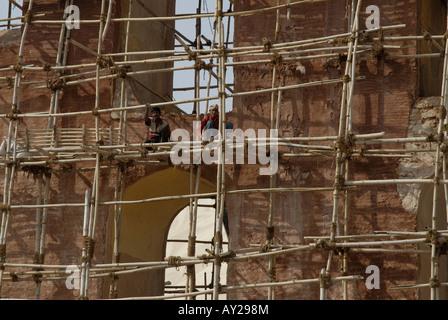Les échafaudages en bambou sur grand instrument appelé Yantra dans l'observatoire Jantar Mantar à Jaipur Rajasthan Banque D'Images