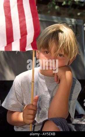 MR 2079 Un garçon patriotique attend pour le 4 juillet au défilé de Capitan, Nouveau Mexique. Banque D'Images
