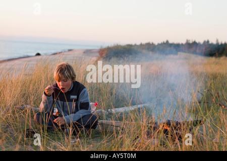 Garçon Blond Kurzeme, camping, mer Baltique, la Lettonie Banque D'Images
