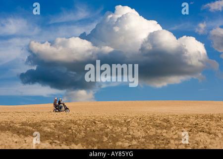 Digital composite de scooter riders sur une piste à travers champs arides Elsass France Février 2008 Banque D'Images