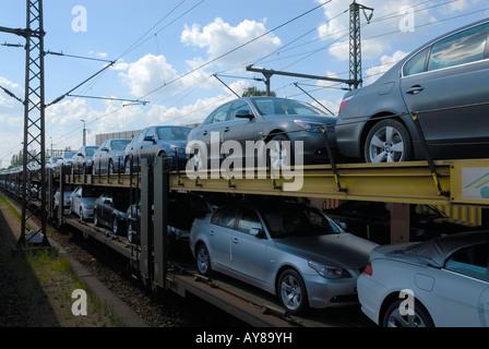 les voitures neuves sont d 39 tre transport s par train banque d 39 images photo stock 17022135 alamy. Black Bedroom Furniture Sets. Home Design Ideas