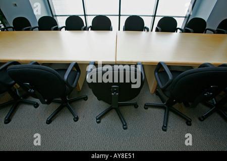 Des rangées de chaises dans la salle de conférence vide immeuble de bureaux de grande hauteur Banque D'Images