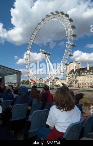 Londres tamise les passagers en tournée avec bateau centre Shell et British Airways London Eye Ferris roue au-delà Banque D'Images