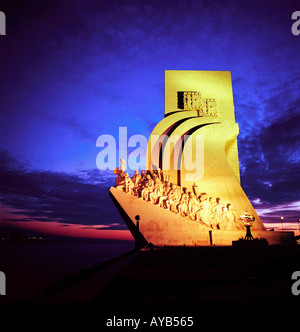 Monument des Découvertes illuminée la nuit de Lisbonne Banque D'Images