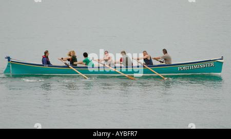 L'équipage des pilotes de Porthminster concert se préparer pour le début d'une pratique en course la baie de St Ives