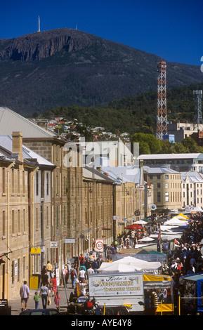 Marché du dimanche à l'ancien entrepôt de grès à Princes Wharf Tasmanie Hobart Salamanca Place verticale de l'Australie Banque D'Images