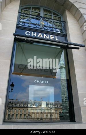 ... Place Vendôme reflète dans la fenêtre d une Boutique Chanel Paris  France Banque D  0360c308b92