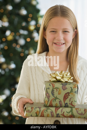 Girl holding pile de cadeaux de Noël