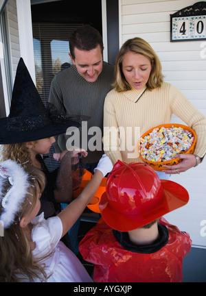 Les enfants en costumes de Halloween trick ou traiter Banque D'Images