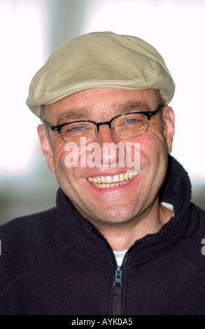 Portrait of young man wearing cap à l'ancienne et verres de rire Banque D'Images