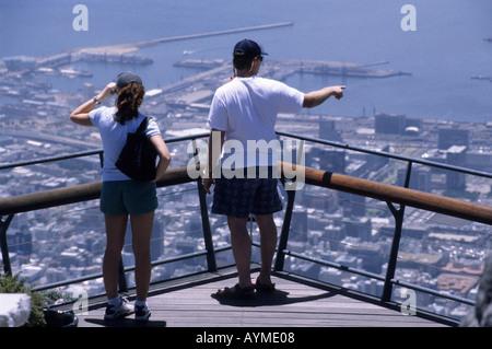 Couple sur terrasse panoramique sur la Montagne de la table Cape Town Afrique du Sud RSA Banque D'Images