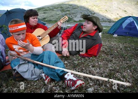 Les touristes en jouant de la guitare et chanter dans le camp lors d'un trekking n la Khibiny montagnes de la péninsule Banque D'Images