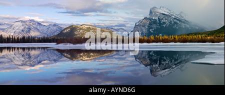 Canada Alberta Banff Banff National Park,les lacs Vermilion en hiver avec de montagnes Fairholme et le mont Rundle Banque D'Images